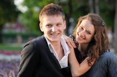 Una seduta sorridente delle coppie Fotografia Stock