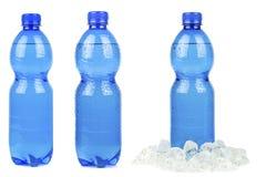 Una selezione delle bottiglie blu di acqua minerale Fotografie Stock
