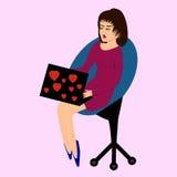 Una sentada morena en él preside con el ordenador portátil Fotos de archivo libres de regalías