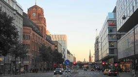 Una sera a Stoccolma centrale, vista della via, Svezia immagini stock