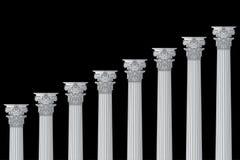 Una serie de columnatas griegas, antiguas, hist?ricas con los capitales Corinthian y de espacio para el texto en un fondo negro foto de archivo libre de regalías