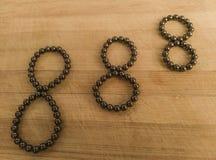 Una serie de eights en el rodamiento de bolitas magn?tico imágenes de archivo libres de regalías