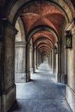 Una serie di arché con le lanterne in una del Binnenhof Fotografia Stock