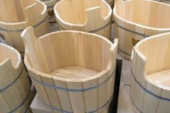 Una serie di bacini fatti a mano di legno del bagno al mercato Fotografia Stock Libera da Diritti