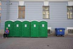 Una serie di bio--toilette sulle vie di bella vecchia città europea fotografia stock