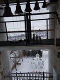 Una serie di campane di differente-calibro nel campanile di Prepodobenskaya del monastero rizopolozhensky Suzdal', anello dorato, fotografia stock