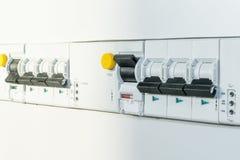 Una serie di commutatori automatici ed interruttori differenziali Fotografie Stock Libere da Diritti