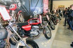 Una serie di motocicli da vendere immagine stock