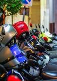 Una serie di motocicli e caschi sulla via Trasporto di Bangkok immagine stock libera da diritti