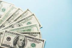 Una serie di note da cento dollari americani su fondo blu-chiaro Concetto di successo Soldi fotografia stock