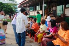 Una serie di riti di inizio che sono cambiato al nuovo uomo al tempio Tailandia Fotografia Stock Libera da Diritti