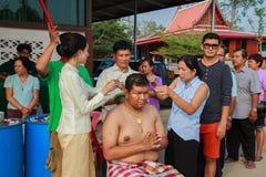 Una serie di riti di inizio che sono cambiato al nuovo uomo al tempio Tailandia Fotografia Stock