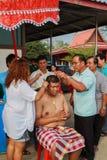 Una serie di riti di inizio che sono cambiato al nuovo uomo al tempio Tailandia Immagine Stock