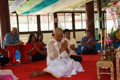 Una serie di riti di inizio che sono cambiato al nuovo uomo al tempio Tailandia Fotografie Stock