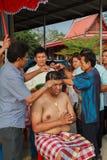 Una serie di riti di inizio che sono cambiato al nuovo uomo al tempio Tailandia Immagini Stock
