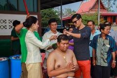 Una serie di riti di inizio che sono cambiato al nuovo uomo al tempio Tailandia Immagini Stock Libere da Diritti
