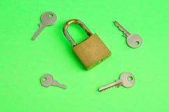 Una serratura di cuscinetto arrugginita con le chiavi Immagine Stock