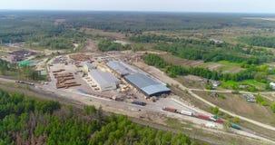 Una serrería grande situada en una opinión aérea del área del bosque Fábrica de carpintería moderna con un empalme ferroviario almacen de video
