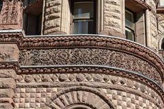 Una sezione della parete esterna con la vecchia casa di corte di progettazione decorata Toronto Ontario Canada immagine stock