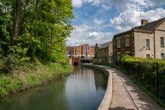 Una sezione ristabilita del canale di Stroudwater che conduce al ponte della fabbrica di birra di Stroud, Wallbridge, Stroud, immagini stock
