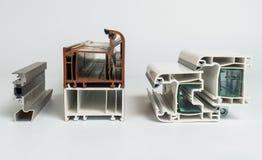 Una sezione trasversale della finestra del PVC Taglio di profilo della finestra del PVC Progettazione dei profili del PVC per la  fotografie stock