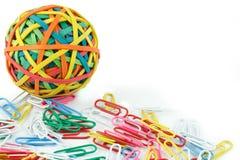 Una sfera degli elastici e delle clip di carta immagine stock