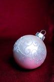 Una sfera dell'albero di cristmas di bianco. Fotografia Stock Libera da Diritti