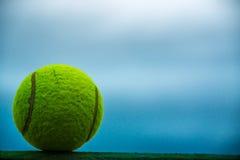 Una sfera di tennis immagine stock