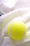 Una sfera di tennis sul tovagliolo bianco Fotografia Stock