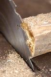 Una sierra de madera y una madera circulares imagenes de archivo