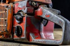 Una sierra vieja del poder para cortar la madera Motosierra y paño protector fotos de archivo