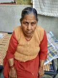 Una signora anziana che aspetta i suoi bambini immagine stock libera da diritti