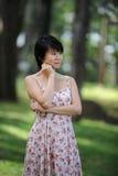 Una signora asiatica nella foresta fotografie stock