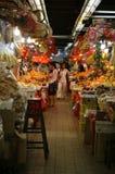 Una signora che cammina giù l'isola del mercato di Sheung Shui Fotografie Stock