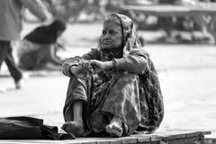 Una signora che pensa sul ghaat immagini stock