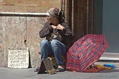 Una signora del mendicante nelle vie di Siviglia Fotografia Stock Libera da Diritti