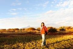 Una signora e una montagna di kilimanjaro nell'alba immagini stock