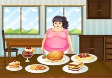 Una signora grassa davanti ad una tavola in pieno degli alimenti Fotografia Stock Libera da Diritti