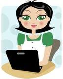 Una signora professionale che lavora al computer portatile nero Immagine Stock