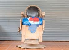 Una silla de peluquero vieja Imágenes de archivo libres de regalías