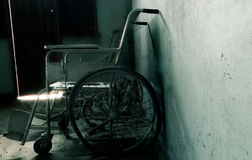 Una silla de ruedas vieja en viejo sitio la silla de ruedas vieja fue abandonada Fotos de archivo