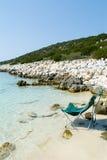 Una silla delante del mar griego transparente Imagenes de archivo