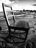 Una silla descansa sobre Sunny Shores del lago Erie Imagen de archivo libre de regalías