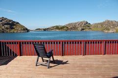 Una silla en la terraza imagen de archivo