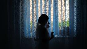 Una silueta de una novia cerca de la ventana en el hotel metrajes