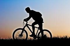 Una silueta de un ciclista Fotos de archivo