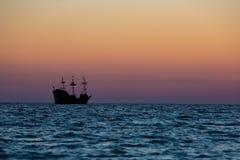 Una silueta de un velero de tres palos como dirige hacia fuera en el golfo imágenes de archivo libres de regalías
