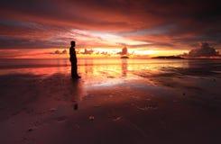 Una silueta del hombre y de la puesta del sol ardiente Imágenes de archivo libres de regalías