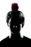 Una silueta joven del muchacho o de la muchacha del adolescente con una manzana en su h Fotos de archivo libres de regalías