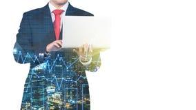 Una silueta transparente de un hombre en el traje formal que está buscando un ciertos datos en el ordenador portátil Fotografía de archivo